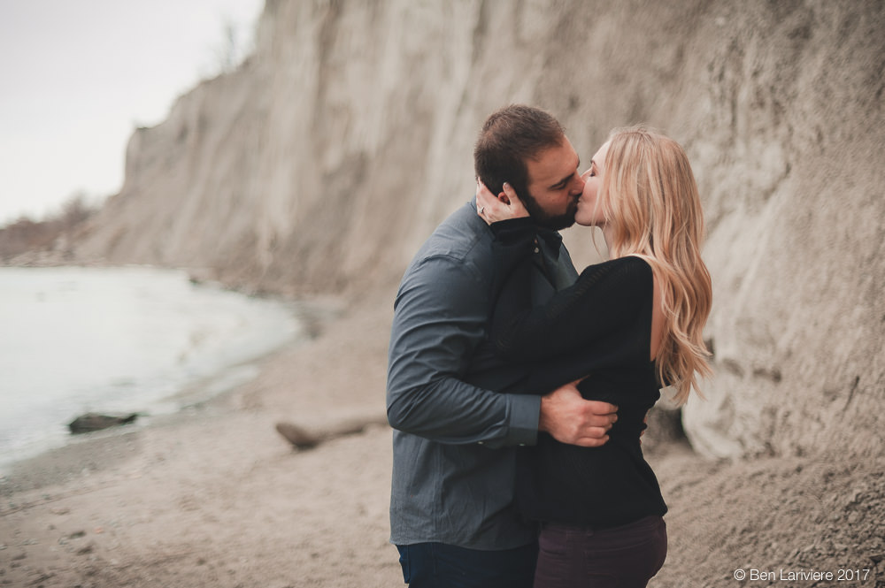 couple kisses at scarborough bluffs toronto